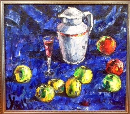 Вино, яблоки, белый кувшин.